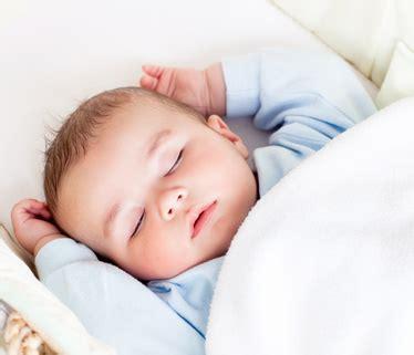 neugeborene schlaf babys schlaf neugeborenes muss tag nacht rhythmus erst lernen