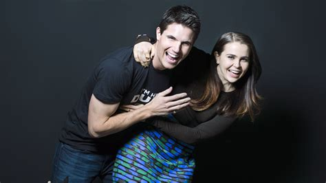 mae whitman and robbie amell describe the duff using