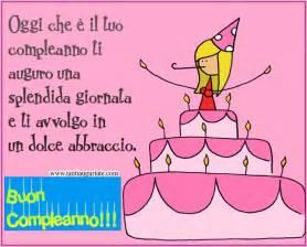 Immagine di una bella carta di compleanno rosa con una torta e il