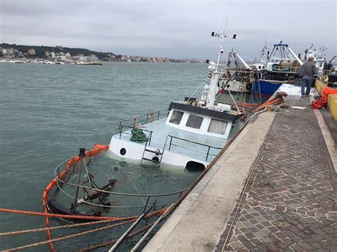 capitaneria di porto di anzio anzio peschereccio affonda al molo interviene la