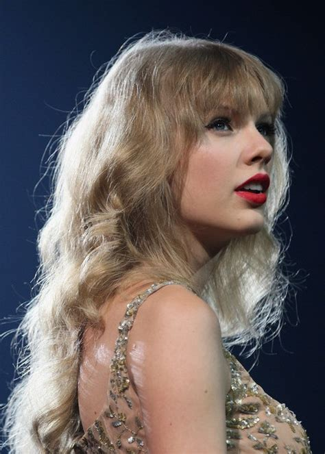 taylor swift long curly hairstyles  bangs fashion