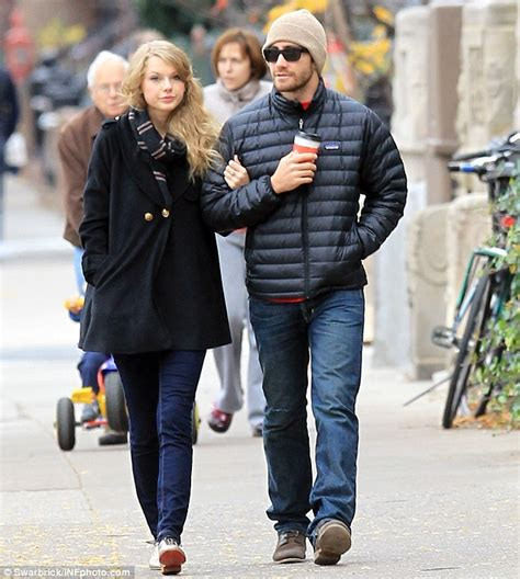 taylor swift and jake gyllenhaal scarf taylor swift wrote heartbreaking ballad all too well about