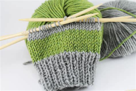 stricken armstulpen einfache armstulpen stricken gestreift schoenstricken de