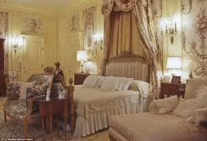 trumps bedroom inside the very flashy mar a lago resort where trump is spending thanksgiving daily mail online