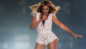 beyonce suffers wardrobe malfunction during ny concert