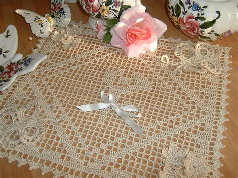 centro tavola all uncinetto centro all uncinetto realizzato a filet con applicazioni