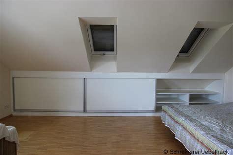 schlafzimmer unter dachschräge stauraumschrank unter der dachschr 228 ge bauhaus look