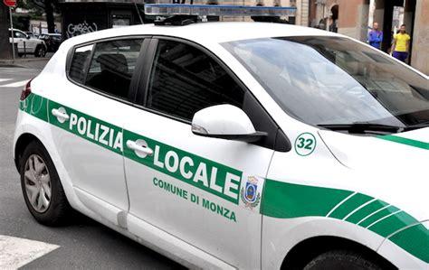 polizia di soggiorno al volante senza patente n 232 permesso di soggiorno denunciato