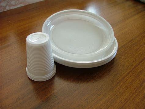 raccolta differenziata bicchieri di plastica piatti e bicchieri di plastica monouso diventano