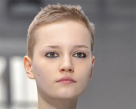 coupe pour femme coupe de cheveux court femme visage ovale