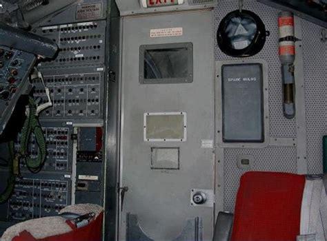 cabina di pilotaggio di un aereo come funziona la porta della cabina di pilotaggio di un