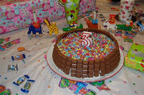 smarties auf kuchen befestigen bunte schoko kitkat smarties torte rezept mit bild