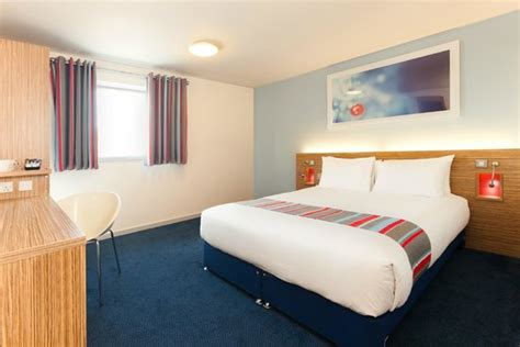 hotel double room layout bathroom with bath picture of travelodge hayle hayle