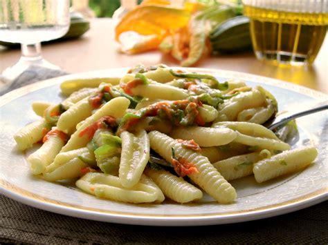pasta con i fiori di zucchina pasta con fiori di zucca e zucchine home sweet home