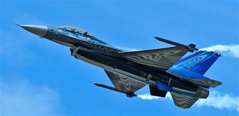 plane fighting picture of lockheed f 16 fighting falcon jet fighter plane
