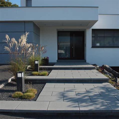 Vorgarten Modern by Gartenanlage Zaun Eingangstreppe Hofeinfahrt Vordach