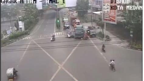 Alarm Sepeda Motor Di Medan detik detik truk trailer hajar barisan sepeda motor