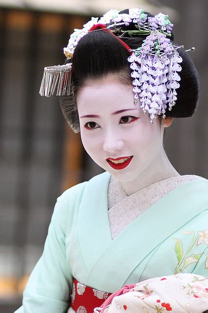 how to do geisha hairstyles kyoto japan the colourful flower hairpins that decorate