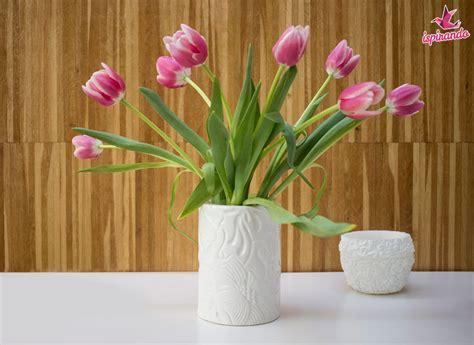 fiori nel vaso un trucco per posizionare i fiori nel vaso con lo scotch