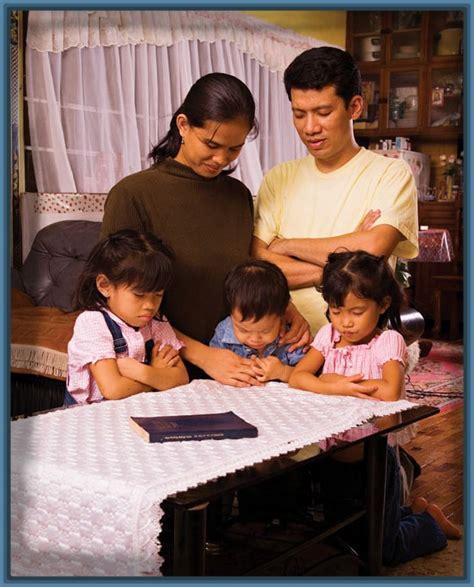 imagenes de la familia orando imagenes de familias felices orando archivos imagenes de