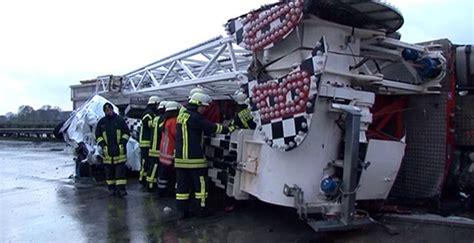 booster maxx ongeluk enorme ravage op snelweg door ongeluk met kermisattractie