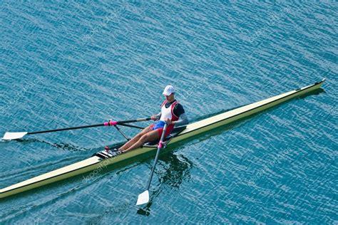 skiff aviron man roei skiff stockfoto 169 microgen 110524208