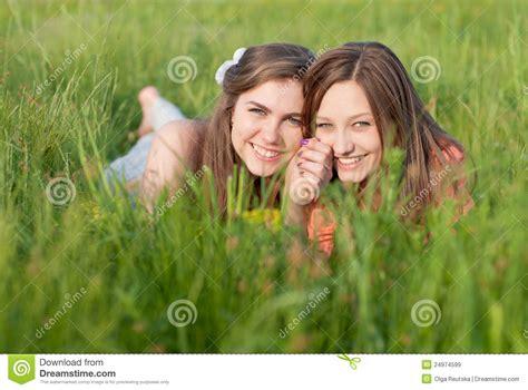 imagenes libres mujeres sonrisa feliz joven hermosa de dos mujeres al aire libre