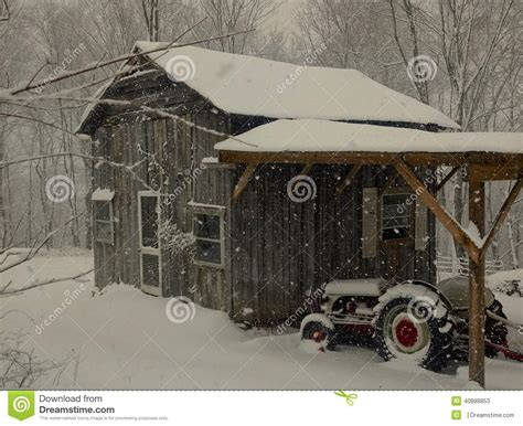 traktor scheune alte freunde scheune und traktor im schnee stockbild