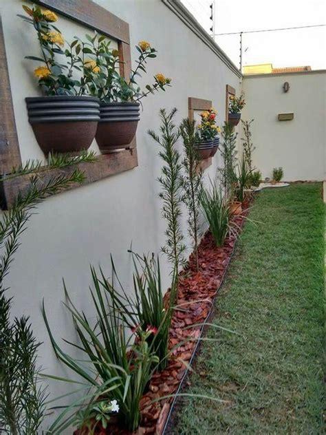 pot pot  ditempel  dinding membuat area polos