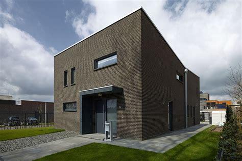 klinkerhaus modern modernes fertighaus mit zeitgem 228 223 er dunkler klinker