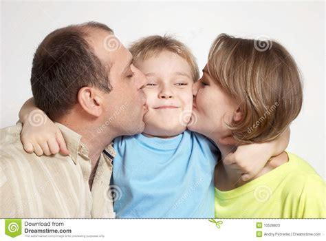 imagenes hijos felices padres felices que besan al hijo fotos de archivo imagen