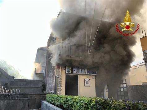 polizia municipale catania ufficio verbali aci catena in fiamme la caserma dei vigili urbani