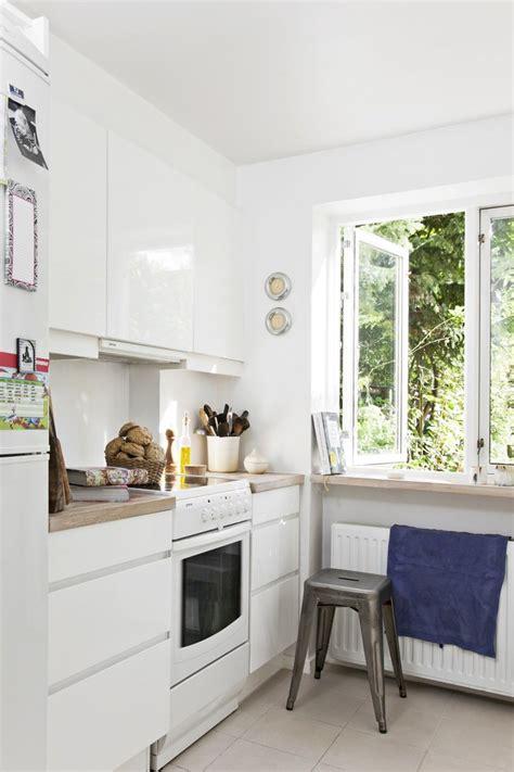 Exceptionnel Element De Cuisine Moderne #1: petite-cuisine-moderne-blanche-plan-travail-bois-fenetre.jpg