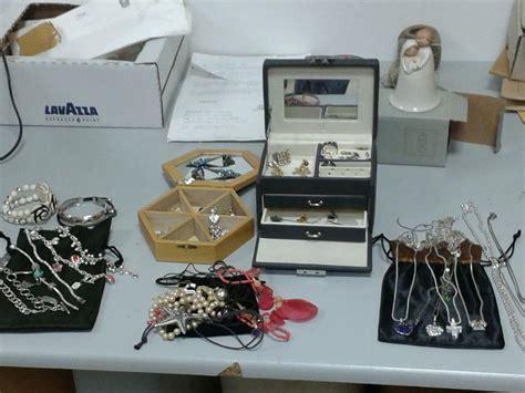 ladri appartamento ladri in appartamento via con soldi e gioielli