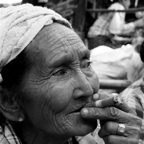 gambar keren orang gambar orang merokok keren hitam putih