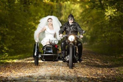 Motorrad Mit Beiwagen Für Hochzeit by And Groom Driving To Their Wedding In A Motorcycle