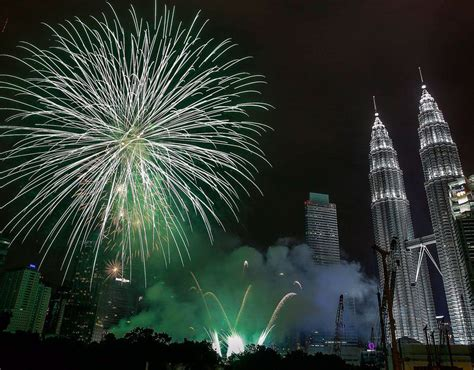 new year in kl 2015 fireworks explode near malaysia s landmark petronas towers