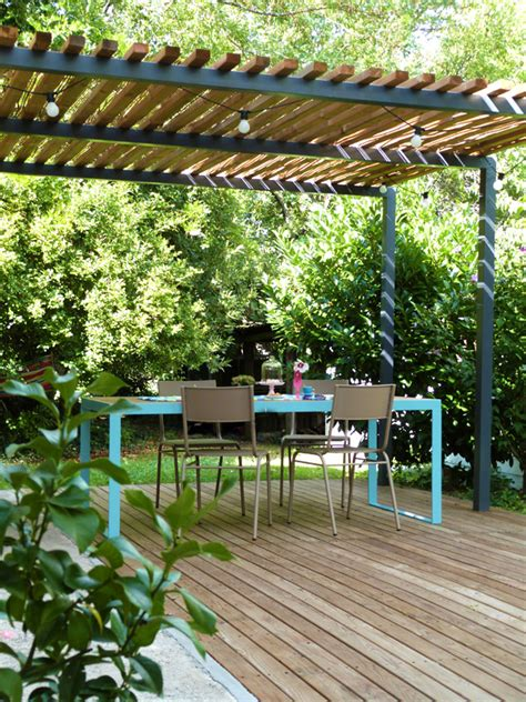 pergolas de metal l 233 t 233 au jardin table terrasse et pergola