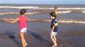 imagenes de niños jugando en la playa ni 241 os en la playa youtube