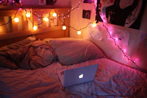 5 Ways To Decorate With Christmas Lights 1000bulbs Com Blog Lights Around Bed