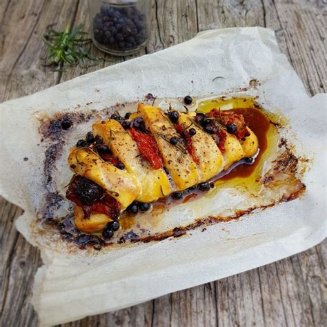 cucinare pollo intero petto di pollo intero al forno con pomodori secchi e olive