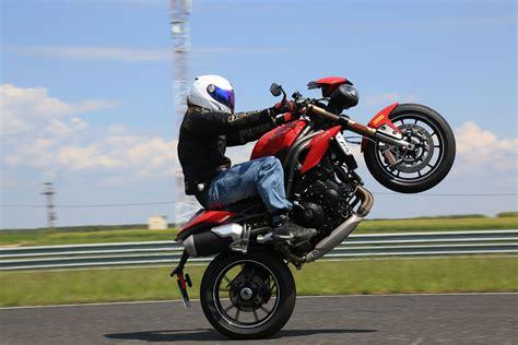 Motorrad Stunt Bilder by Triumph Speed Triple S 2016 Action Stunt Detail