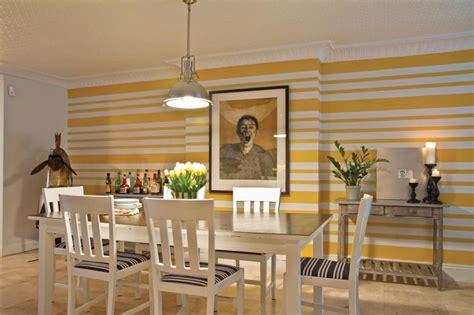 decorar pared amarilla decorar con cuadros 25 ideas para el hogar moderno