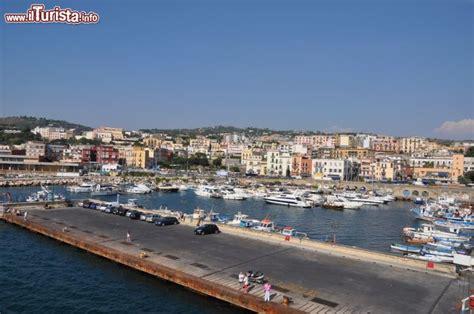 porto di napoli per ischia il porto di pozzuoli visto dal traghetto in partenza