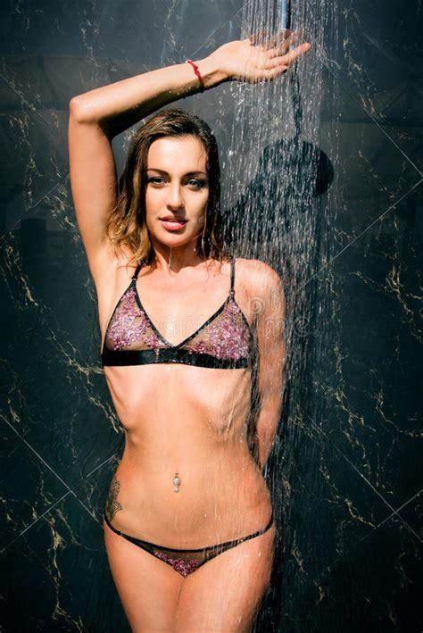 Junge Sch Ne Sexy Frau Unter Der Dusche Stockbild Bild Von Sch N Obacht