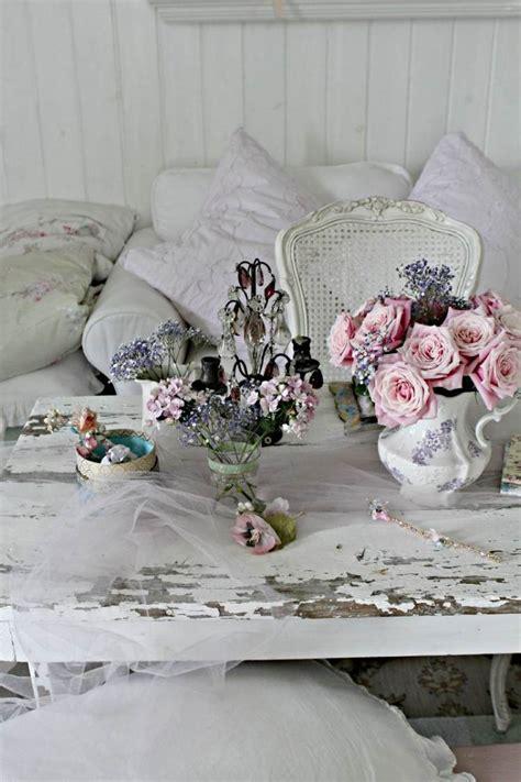 Chambre Romantique Blanche #15: Déco-shabby-roses-pâles-théière-porcelaine-table-écaillée.jpg
