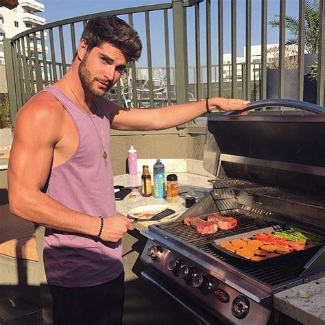 uomini cucinano i 6 motivi per cui gli uomini sanno cucinare sono
