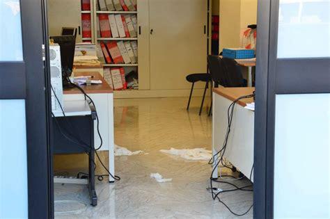 ufficio di collocamento bari orari bari tenta di darsi fuoco nell ufficio di collocamento
