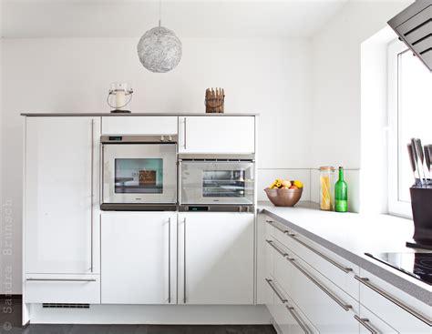 küchendesigns mit weißen geräten schwarze hochglanz fliesen