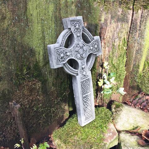 nordische gartendeko nordisches keltisches kreuz aus stein wandrelief